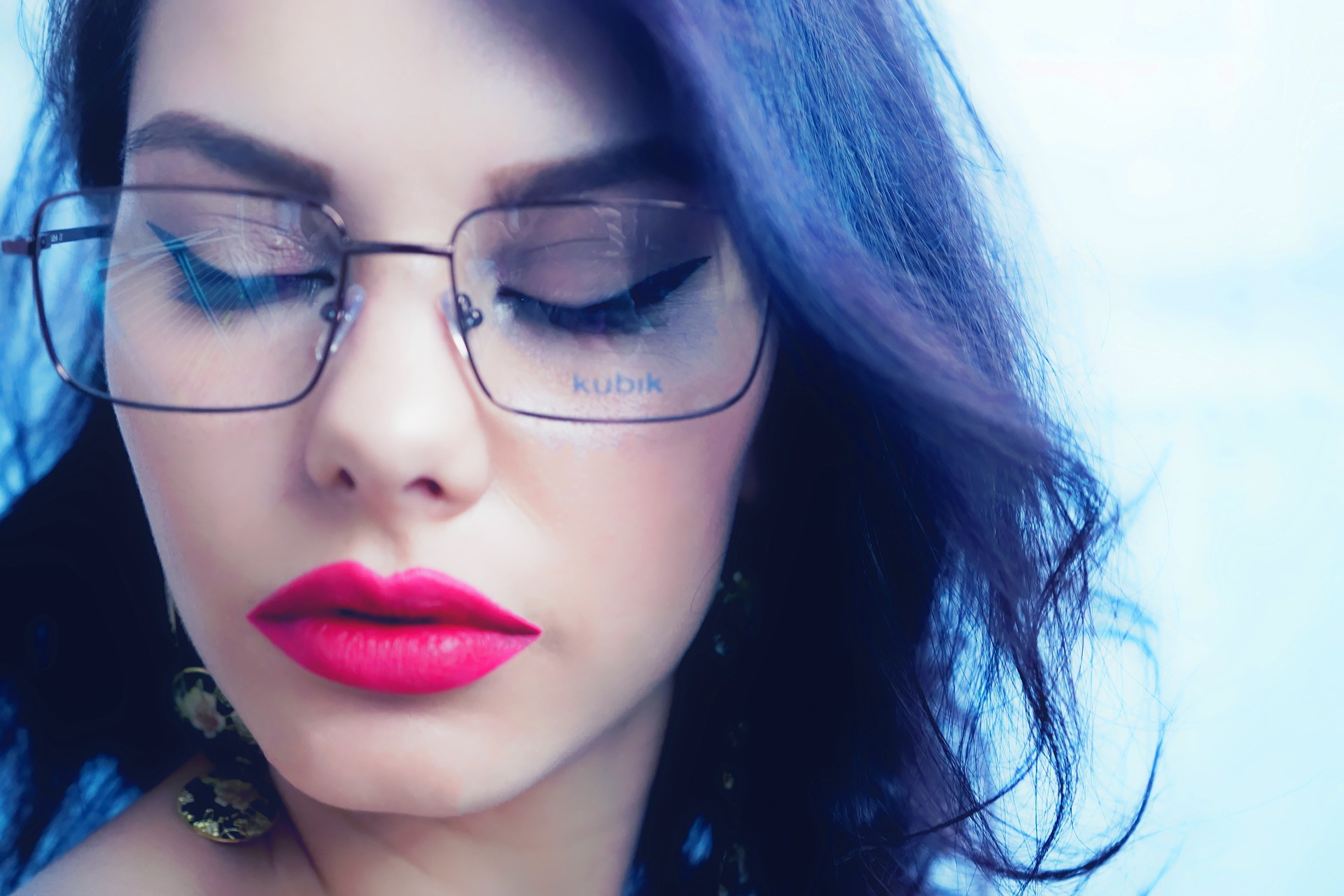 Makeup tricks for women who wear glasses